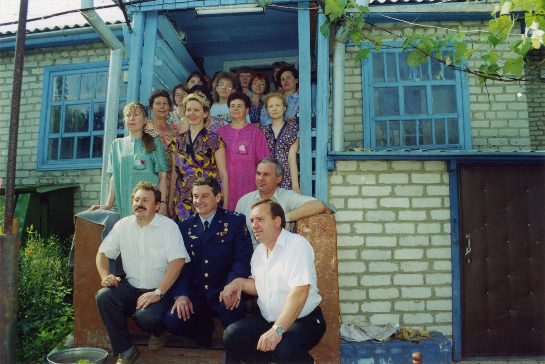 Космонавты возле дома 1997г.jpg